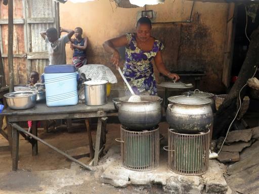 Philomene Ahouansou cuisine riz et haricots avec un cuiseur solaire le 1er octobre 2015 © AFP DELPHINE BOUSQUET -