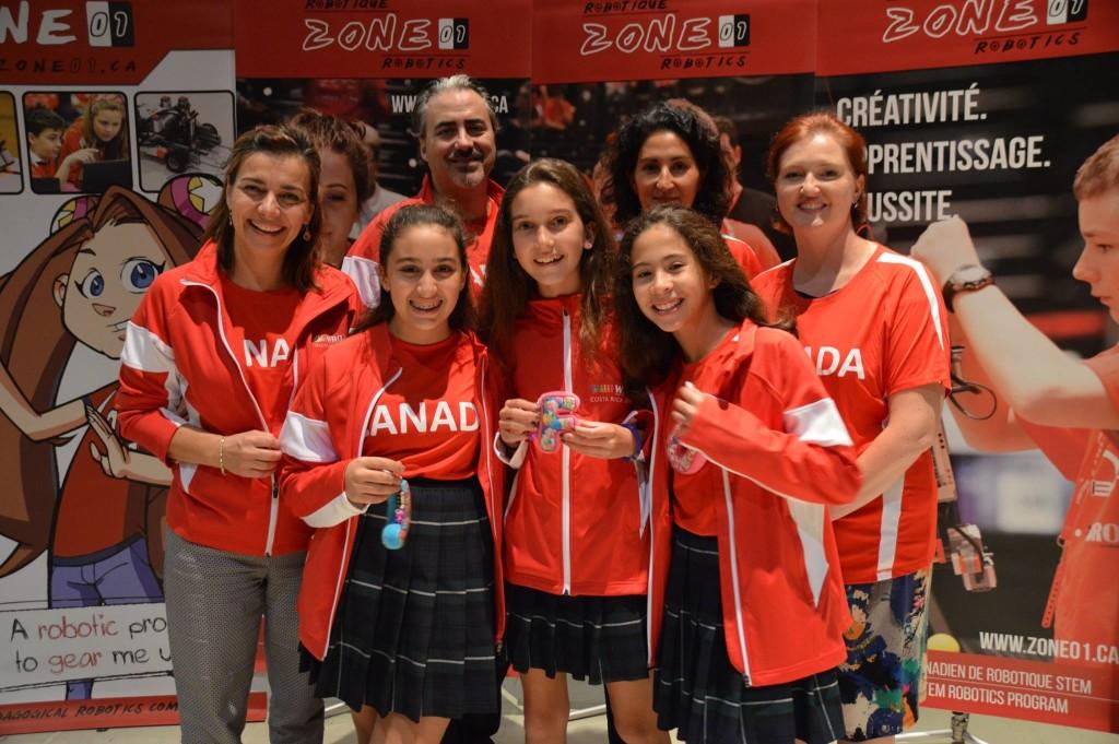 Les élèves de l'équipe JFO-Team entourées de leur coach, Chantal Forget, et des parents qui participeront au séjour au Costa Rica pour les encourager.